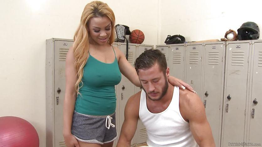 Jade Aspen fucks Danny Mountain in the locker room | PornTube ®