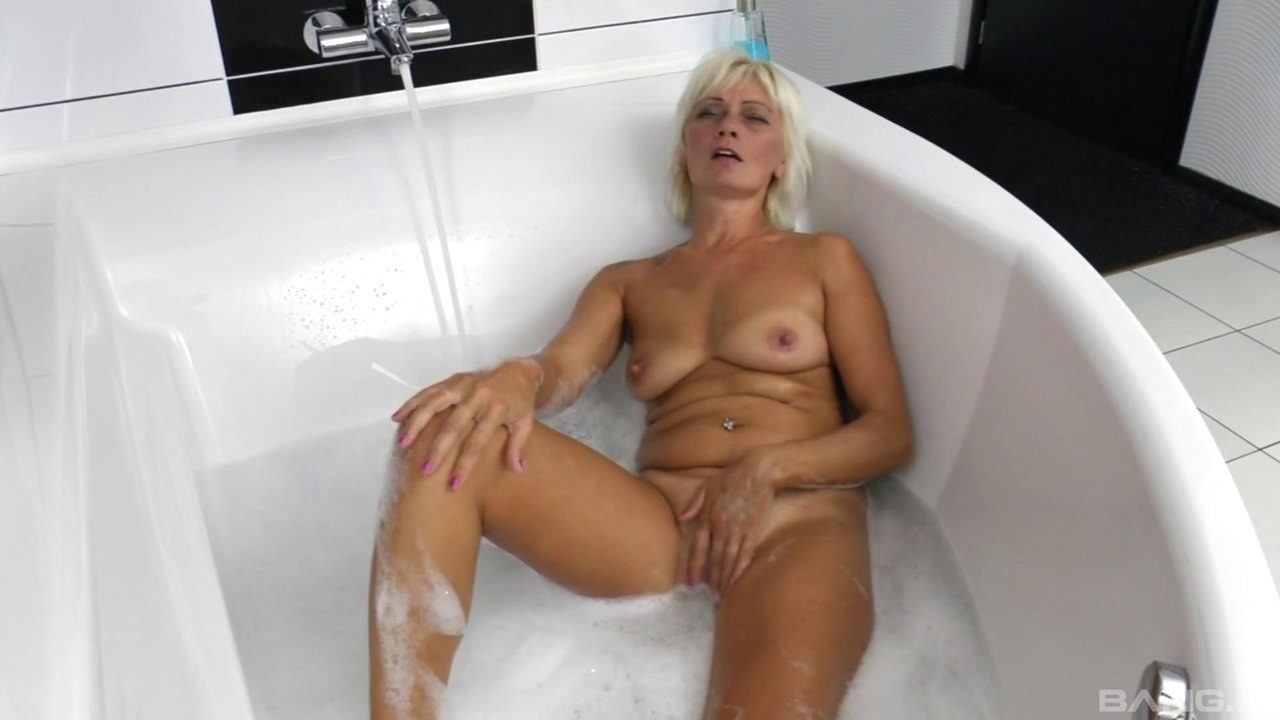 Mature Lesbian Chick Receives A Pussy Licking From A Teen In The Tub
