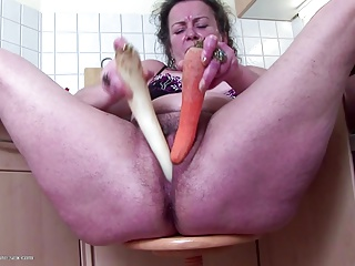 Mature hairy mother stuffs her cunt with veggies