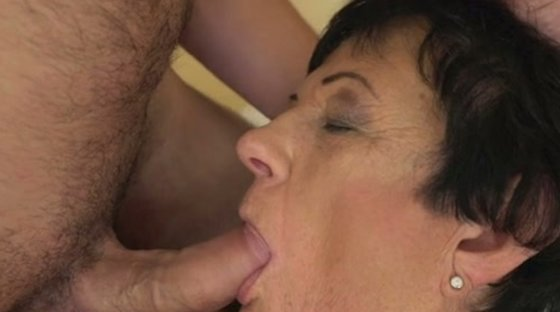 Tanned mature slut makes this young man lick her sweet fanny - Mature porn